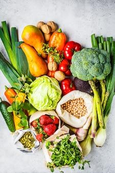 Ausgewogene vegetarische kost hintergrund gemüse, obst, beeren, nüsse, sprossen, samen, kichererbsen
