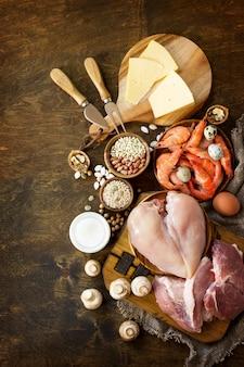 Ausgewogener lebensmittel-hintergrund protein-lebensmittel auf einem rustikalen holzuntergrund gesunde ernährung