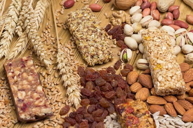 Ausgewogener veganer snack, protein-müsliriegel.