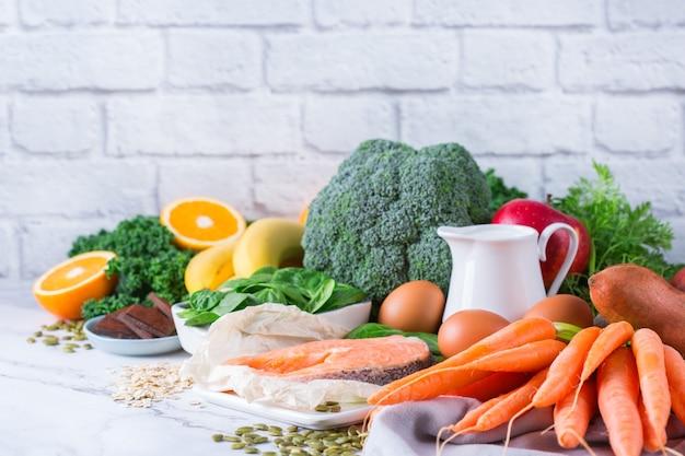 Ausgewogenes ernährungskonzept, asthma und atemlindernde nahrung, saubere ernährung. sortiment gesunder zutaten reich an vitamin d, a, beta-carotin, magnesium zum kochen auf dem küchentisch.