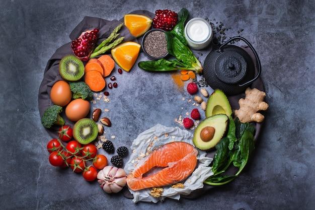 Ausgewogenes ernährungskonzept für eine saubere ernährung. auswahl an gesunden lebensmitteln, superfood-zutaten zum kochen auf einem küchentisch. draufsicht flach legen hintergrund, kopienraum