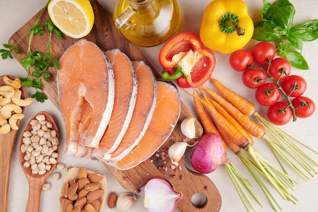 Ausgewogenes ernährungskonzept für sauberes essen flexitäre mittelmeerdiät draufsicht flach. ernährung, sauberes essen lebensmittelkonzept. diätplan mit vitaminen und mineralstoffen. lachs, gemüse mischen.