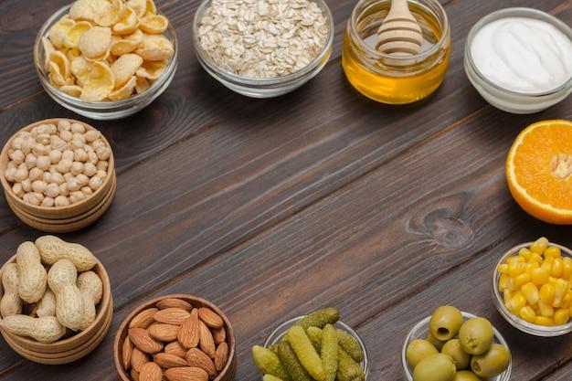 Ausgewogenes proteinfrühstück: marmelade, joghurt-müsli-orangensaft, orange