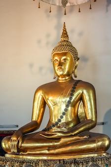 Ausgezeichnete buddhastatue bei wat pho (tempel), bangkok, thailand