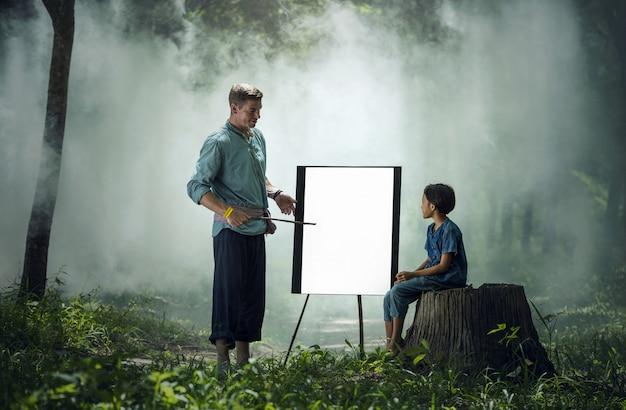 Ausländische lehrer unterrichten schüler im ländlichen thailand.