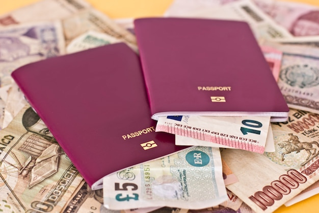 Ausländische pässe und geld aus verschiedenen europäischen ländern