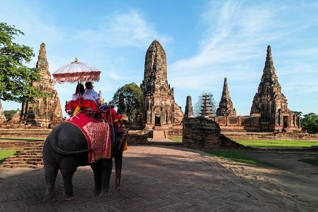 Ausländische touristen elefantenritt nach ayutthaya, in der ayutthaya-zeit gibt es ruinen und tempel.