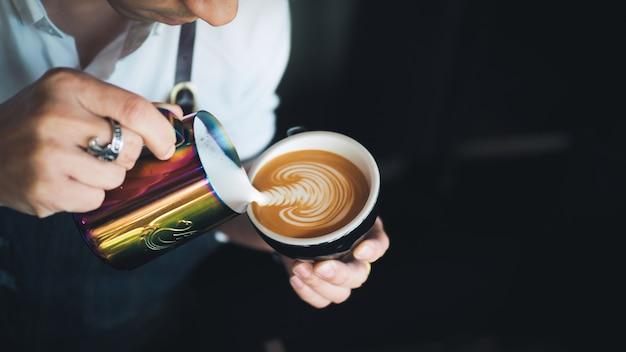 Auslaufende milch barista zur kaffeeespresso lattekunst im café