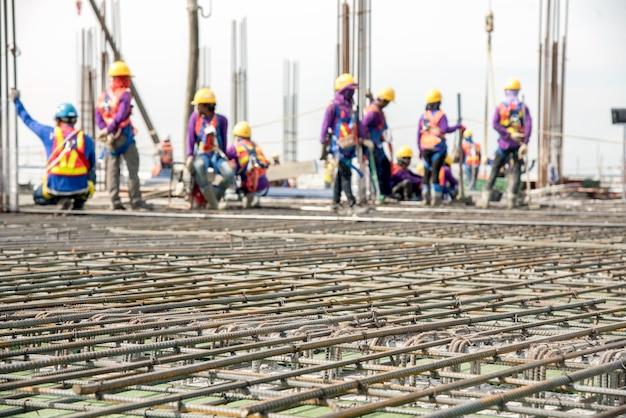 Auslaufender beton des bauarbeiters