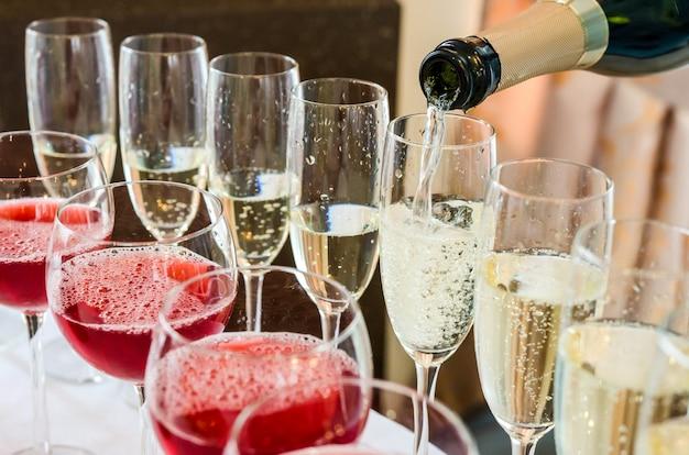 Auslaufender champagner des barmixers in glas