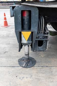 Ausleger-mobilkran für schwere baustellen. hydraulische stützen für die kranbeine.