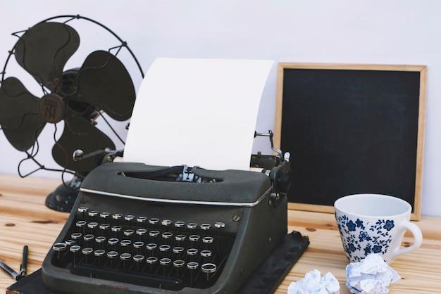 Ausrüstung auf dem tisch des schriftstellers