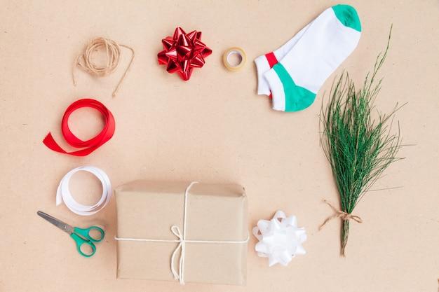 Ausrüstung der dekorationsebene lag weihnachtsartikel und feiertagskonzept usw. auf draufsicht.