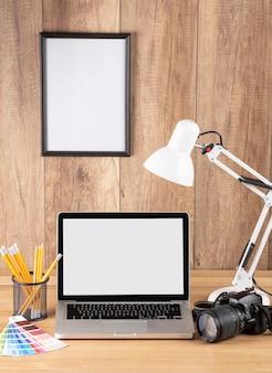 Ausrüstung des fotografen auf dem schreibtisch