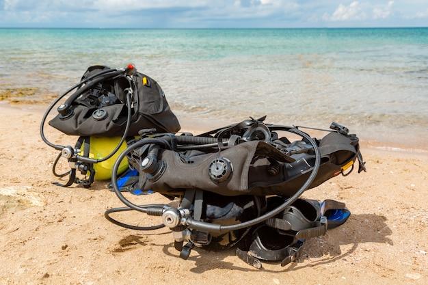 Ausrüstung eines tauchers, ein sauerstoffballon liegt am strand. tauchen, ausrüstung, flossen, luftballons, masken