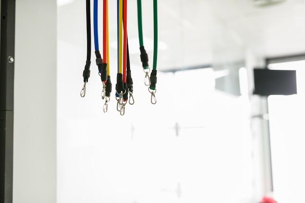 Ausrüstung für rehabilitation im innenraum der physiotherapieklinik.