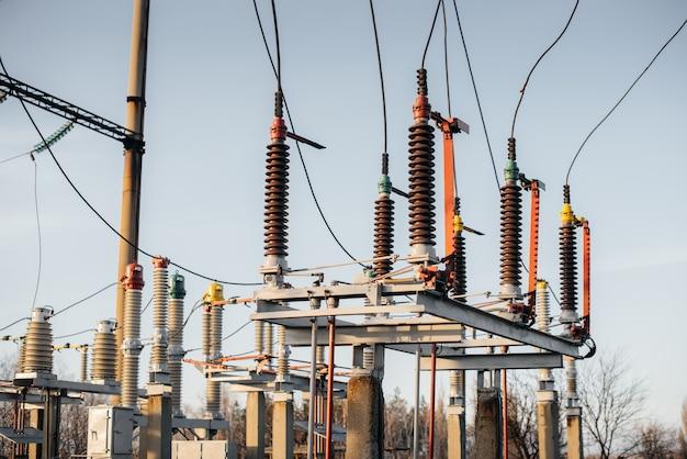 Ausrüstung für umspannwerke. transformatoren, trennschalter. energietechnik