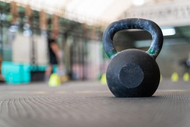 Ausrüstung im fitnessstudio, um gesund zu werden