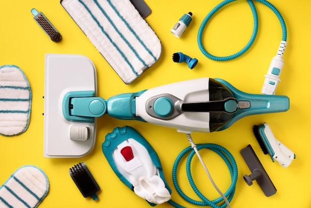 Ausrüstung moderne berufsdampfreiniger auf gelbem hintergrund.