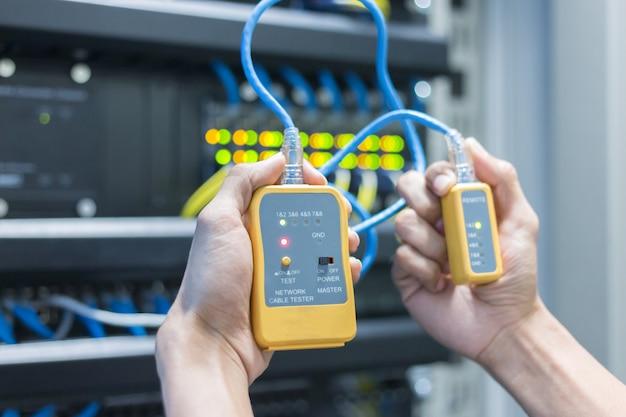 Ausrüstung. tester kabel lan in den händen.