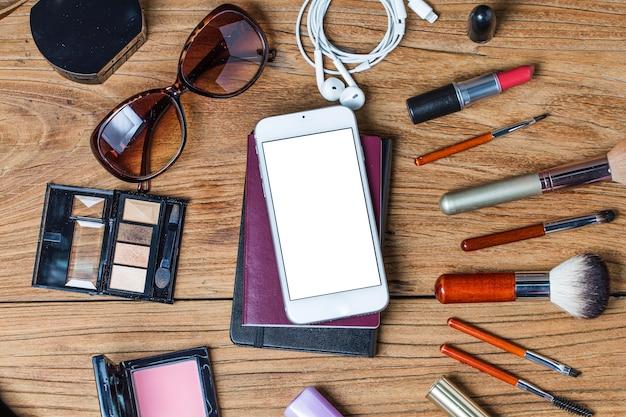 Ausrüstung tour der teen mädchen, kosmetik, zubehör, make-up, das smartphone, tasche, hut bereit zu reisen.