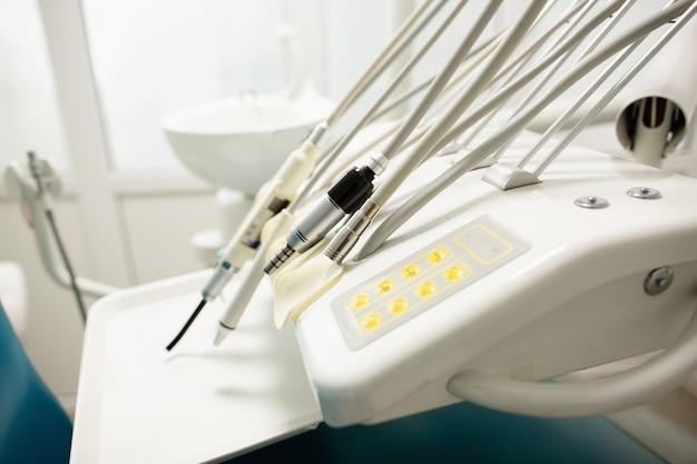 Ausrüstung und zahnärztliche instrumente in der zahnarztpraxis. tools nahaufnahme. zahnheilkunde