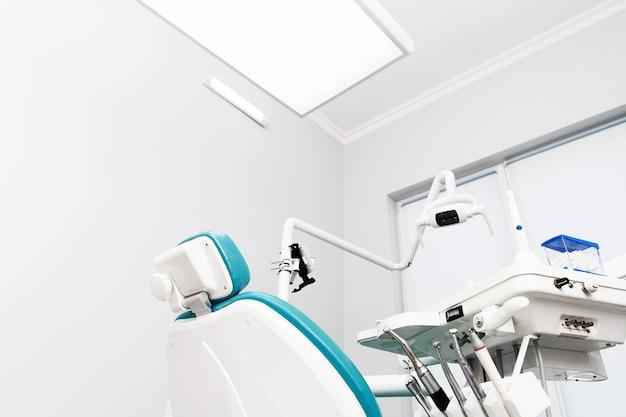 Ausrüstung und zahnmedizinische instrumente in der zahnarztpraxis. werkzeug nahaufnahme.