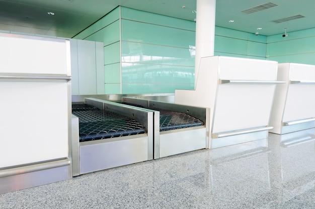 Ausrüstung zur gepäcküberprüfung am flughafen