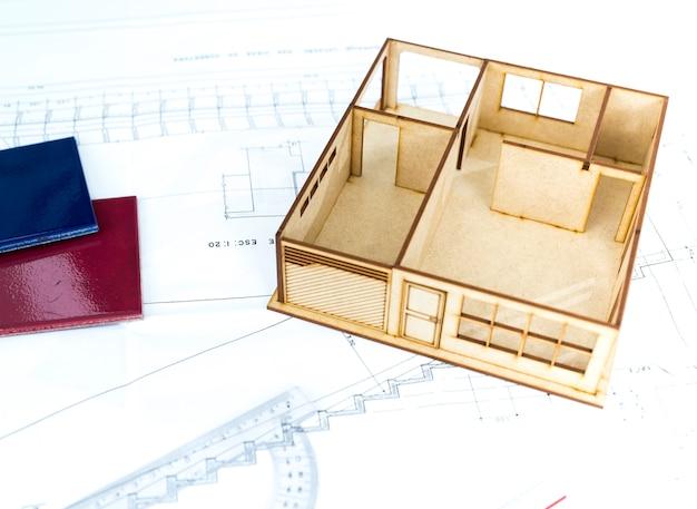 Ausrüstungen und modell des gebäudes auf dem tisch
