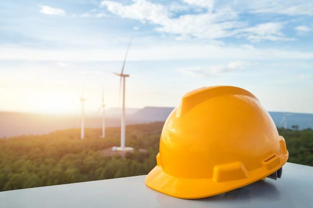 Ausrüstungssturzhelm im bau, windkraftanlage