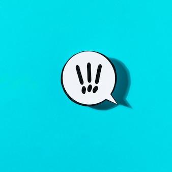 Ausrufezeichen auf weißer spracheblase gegen blauen hintergrund