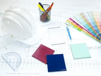Ausrüstungen und Papierplan auf dem Tisch
