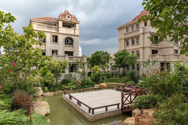 Aussehen und details der villa im villenbereich.