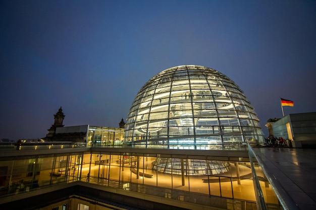 Außenansicht der kuppel über dem deutschen parlament in berlin.