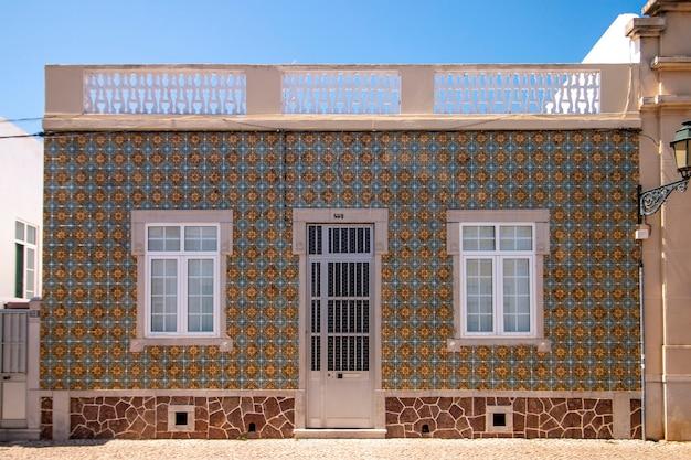 Außenansicht der typisch portugiesischen architektur der algarve-altbauten.