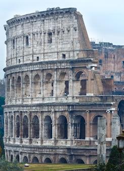 Außenansicht des kolosseums am morgen. das symbol des kaiserlichen roms, italien.
