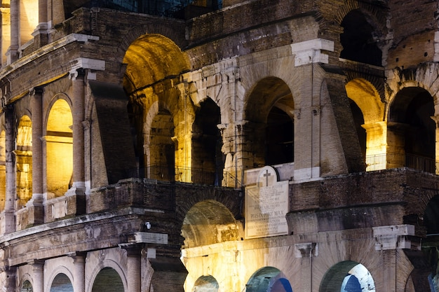 Außenansicht des kolosseums von außen. symbol des kaiserlichen roms, italien.