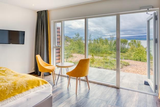 Außenansicht von innen in einem modernen minimalistischen hotelzimmer mit stühlen