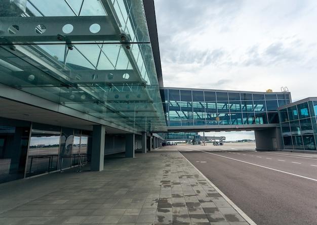 Außenaufnahme des modernen flughafenterminals aus stahl und glas