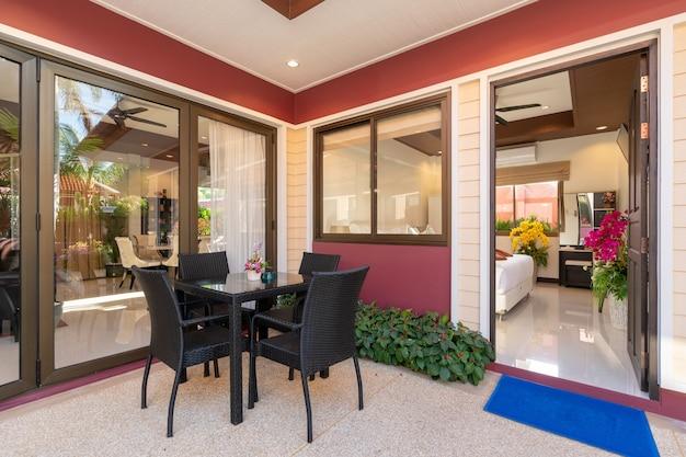 Außendesign mit esstisch und stühlen auf der terrasse
