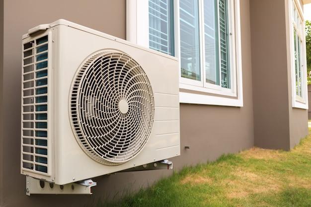 Außengerät des klimakompressors außerhalb des hauses installiert