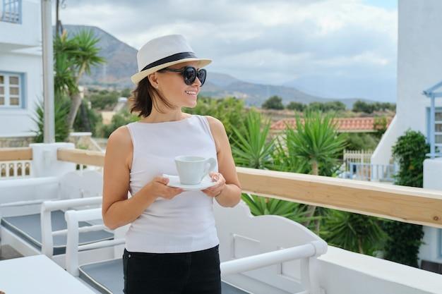 Außenporträt der reifen frau, die im luxus-spa-hotel entspannt
