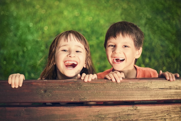 Außenporträt des lächelnden mädchens und des jungen