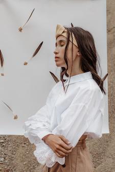 Außenporträt des modischen verträumten modemodells im profil.