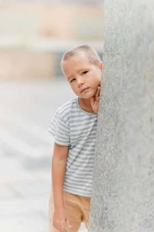 Außenporträt eines kleinen niedlichen jungen