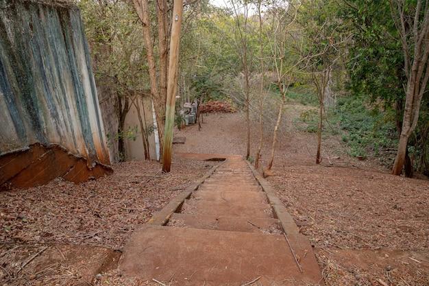Außentreppe des verlassenen kleinen wasserkraftwerks