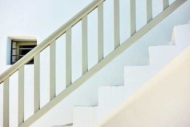 Außentreppe mit holzgeländer in myconos island, griechenland