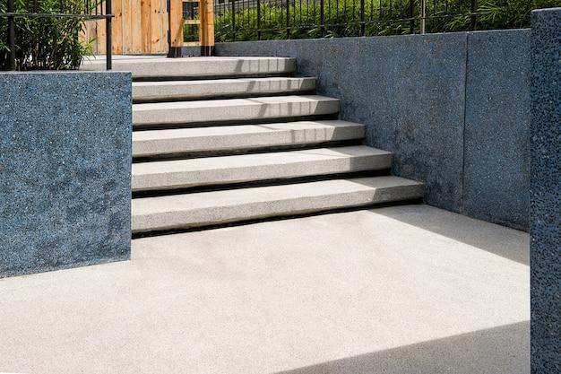 Außentreppe mit terrazzo-material. bodenbelag und wand mit terrazzo-materialien. gartendekoration.