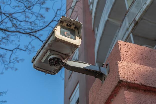 Außenüberwachung oder sicherheitskamera, die an der außenwand eines gebäudes installiert ist. konzeptsicherheit, fernüberwachung, überwachung.