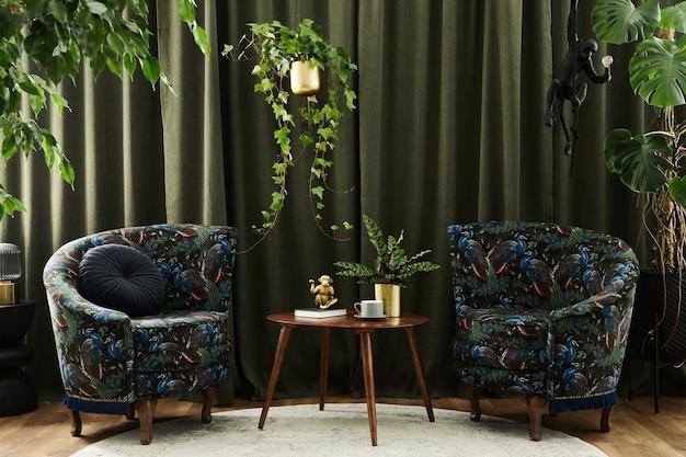 Außergewöhnliche wohnzimmerkomposition mit zwei entworfenen sesseln, holzcouchtisch, vielen pflanzen und stilvollen persönlichen accessoires. konzept des urbanen dschungels. vorlage.